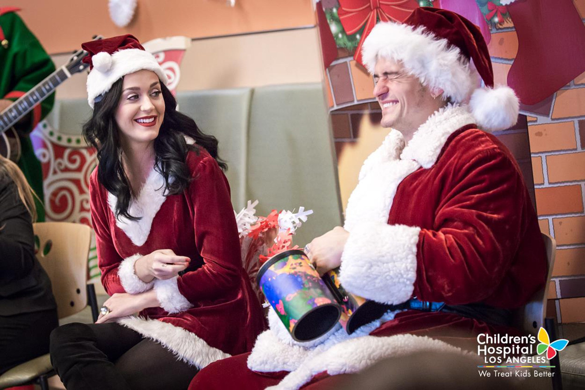 Katy Perry and Orlando in surprise Christmas visit to children in ...
