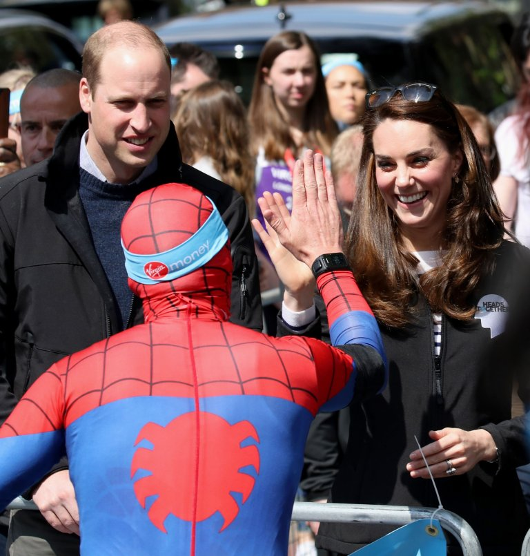The Duke and Duchess of Cambridge hand out water to runners during the 2017 Virgin Money London Marathon. PRESS ASSOCIATION Photo. Picture date: Sunday April 23, 2017. See PA story SPORT Marathon. Photo credit should read: Chris Jackson/PA Wire