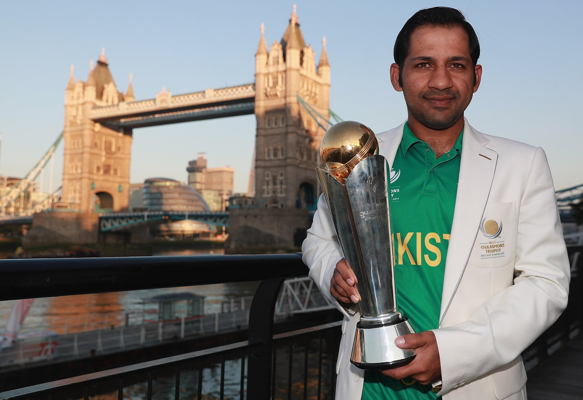 sarfraz ahmed with champions trophy 2017