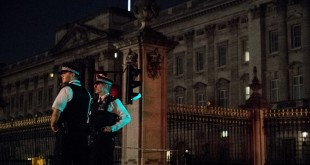 Police officers stand guard at a police cordon next to Buckingham Palace following an incident where a man armed with a knife was arrested outside the palace following a disturbance in London on August 26, 2017.  Scotland Yard has said two male police officers suffered minor injuries when they detained the man and were both treated by paramedics at the scene.  / AFP PHOTO / CHRIS J RATCLIFFE