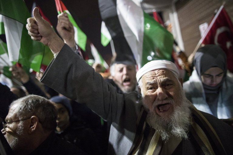 epa06372167 Protestors shouts slogans against US President Donald Trump as they hold Palestinian and Turkish flags during a protest against the Israel in front of US Consulate in Istanbul, Turkey, 06 December 2017. Earlier on the same day, US President Donald J. Trump signed a proclamation recognizing Jerusalem as the Israeli capital and will relocate the US embassy from Tel Aviv to Jerusalem. EPA/TOLGA BOZOGLU