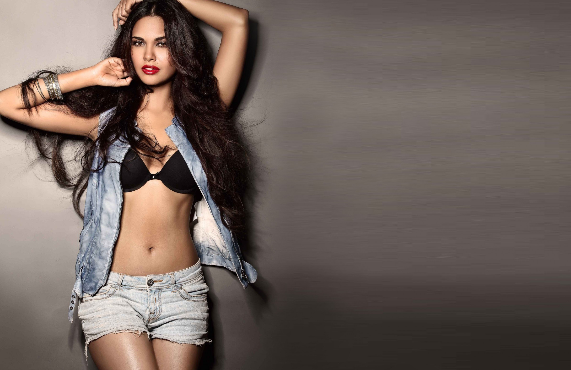 wallpapersden.com_esha-gupta-hot-wallpaper_2880x1800