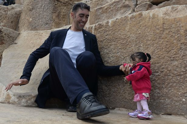 World's shortest woman and tallest man meet Egypt