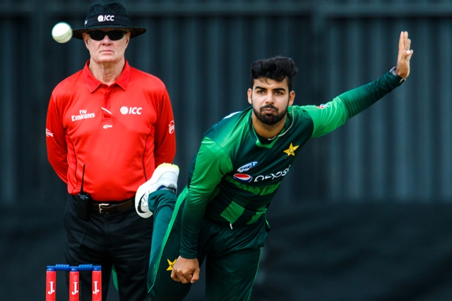 Pakistan bowler Shadab Khan in action during the final of the tri-series played between Pakistan and Australia in a T20 tri-series at the Harare Sports Club, July 8, 2018. / AFP PHOTO / Jekesai NJIKIZANA